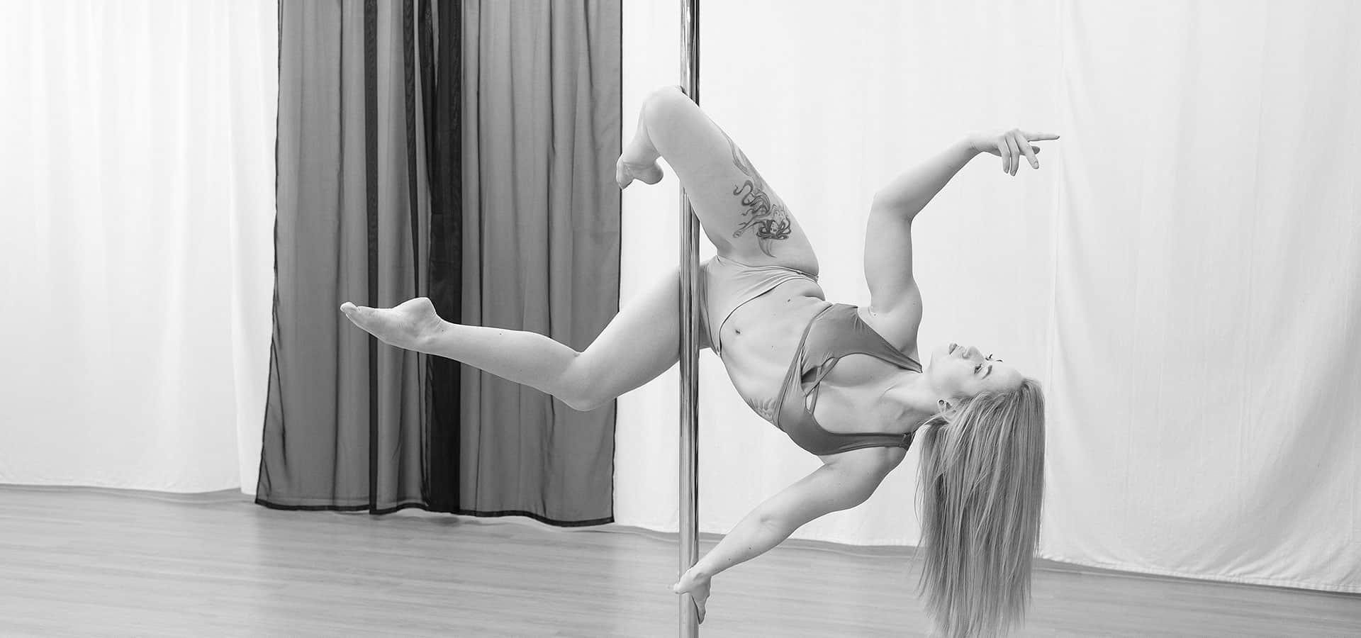 Gravity Arts poledance pose